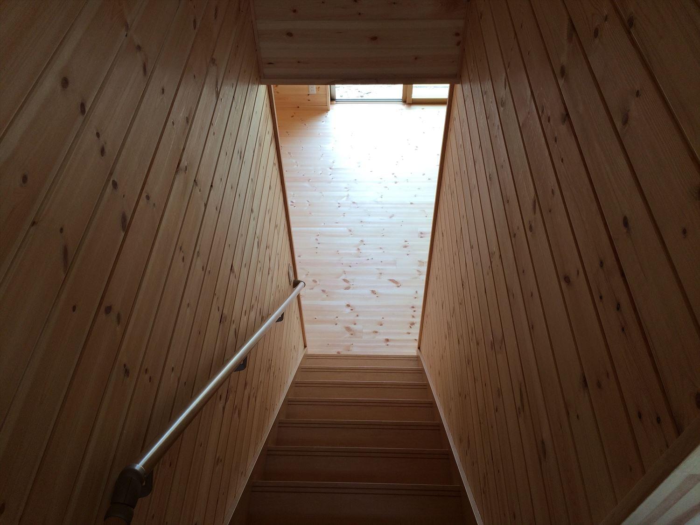 オールアース二階建ての階段|石岡市の注文住宅,ログハウスのような木の家を低価格で建てるならエイ・ワン