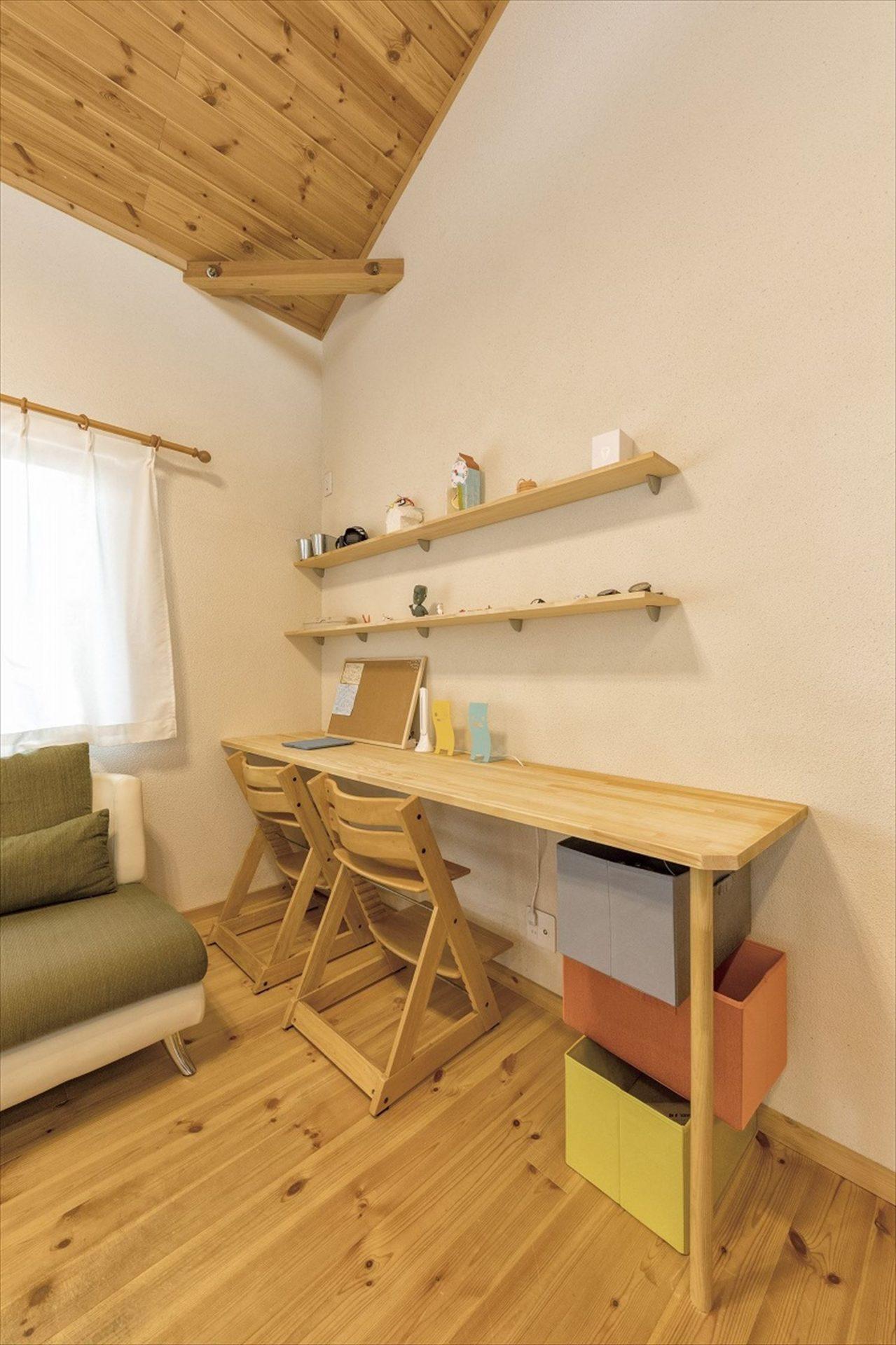 ナチュラルモダン二階建ての勉強スペース|行方市の注文住宅,ログハウスのような木の家を低価格で建てるならエイ・ワン