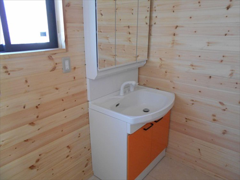 防音室で趣味を楽しむ二階建ての洗面台|鉾田市の注文住宅,ログハウスのような木の家を低価格で建てるならエイ・ワン