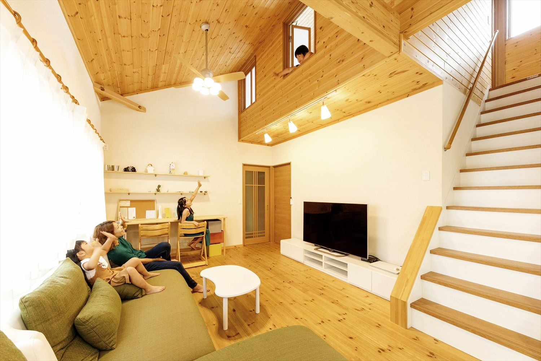 ナチュラルモダン二階建てのリビングで過ごす家族|行方市の注文住宅,ログハウスのような木の家を低価格で建てるならエイ・ワン