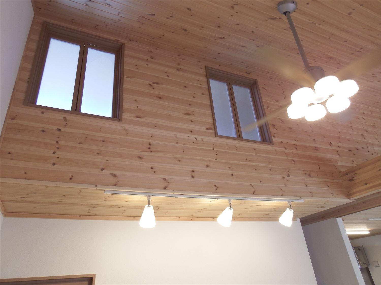 無垢材に包まれたスマートハウスの二階窓|行方市の注文住宅,ログハウスのような木の家を低価格で建てるならエイ・ワン