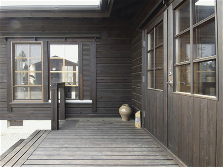 ブラック色のログハウスの外観3|茨城の注文住宅,ログハウスのような木の家を低価格で建てるならエイ・ワン