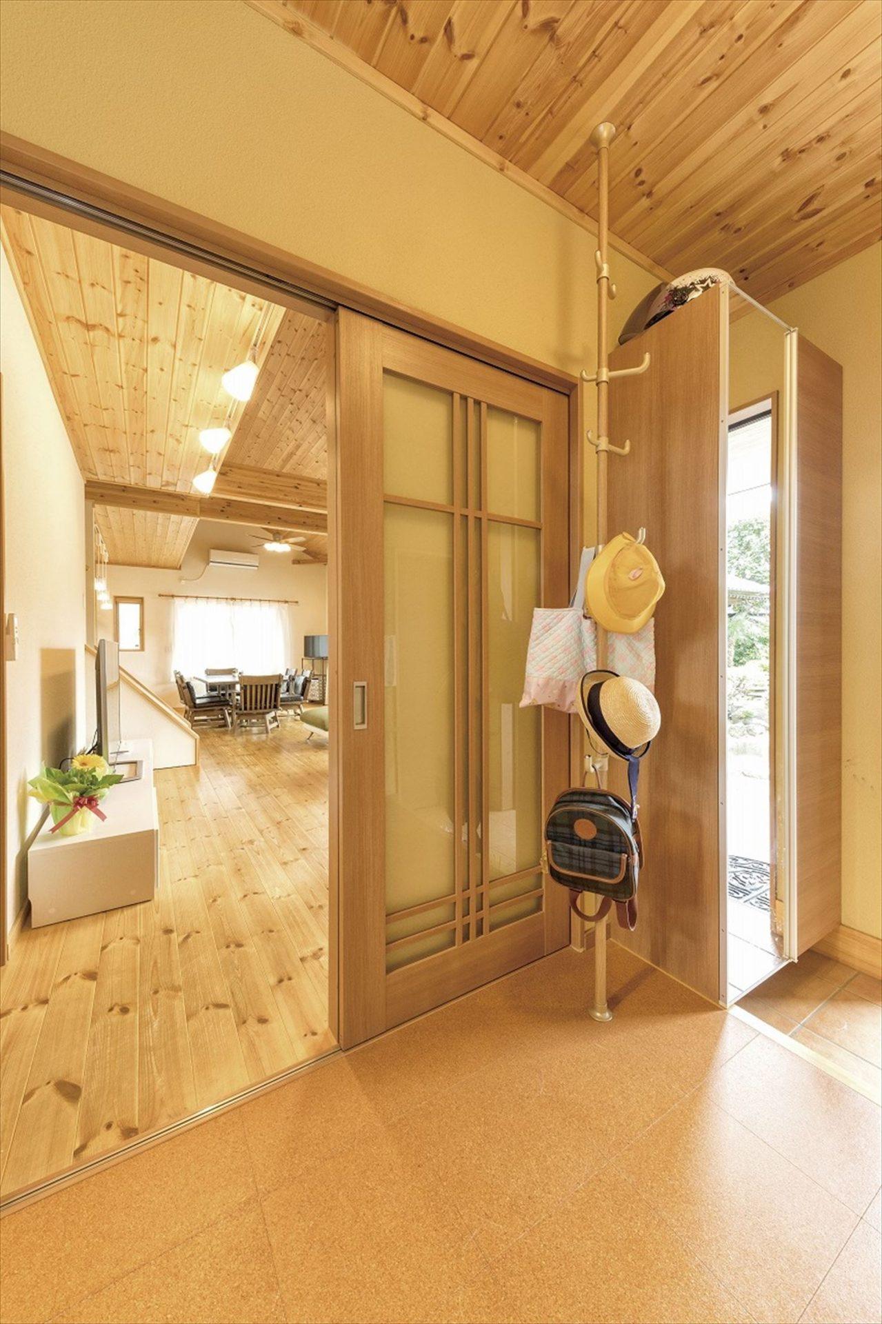 ナチュラルモダン二階建ての玄関ホール|行方市の注文住宅,ログハウスのような木の家を低価格で建てるならエイ・ワン