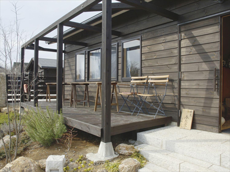 ブラック色のログハウスのウッドデッキ|茨城の注文住宅,ログハウスのような木の家を低価格で建てるならエイ・ワン