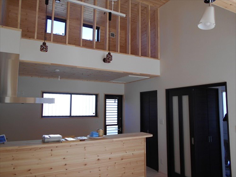 防音室で趣味を楽しむ二階建てのキッチン2|鉾田市の注文住宅,ログハウスのような木の家を低価格で建てるならエイ・ワン