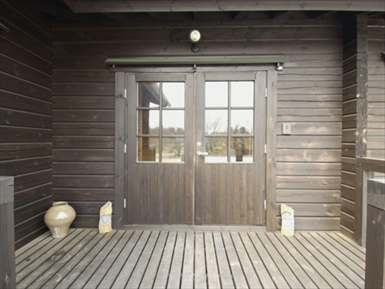 ブラック色のログハウスの玄関|茨城の注文住宅,ログハウスのような木の家を低価格で建てるならエイ・ワン