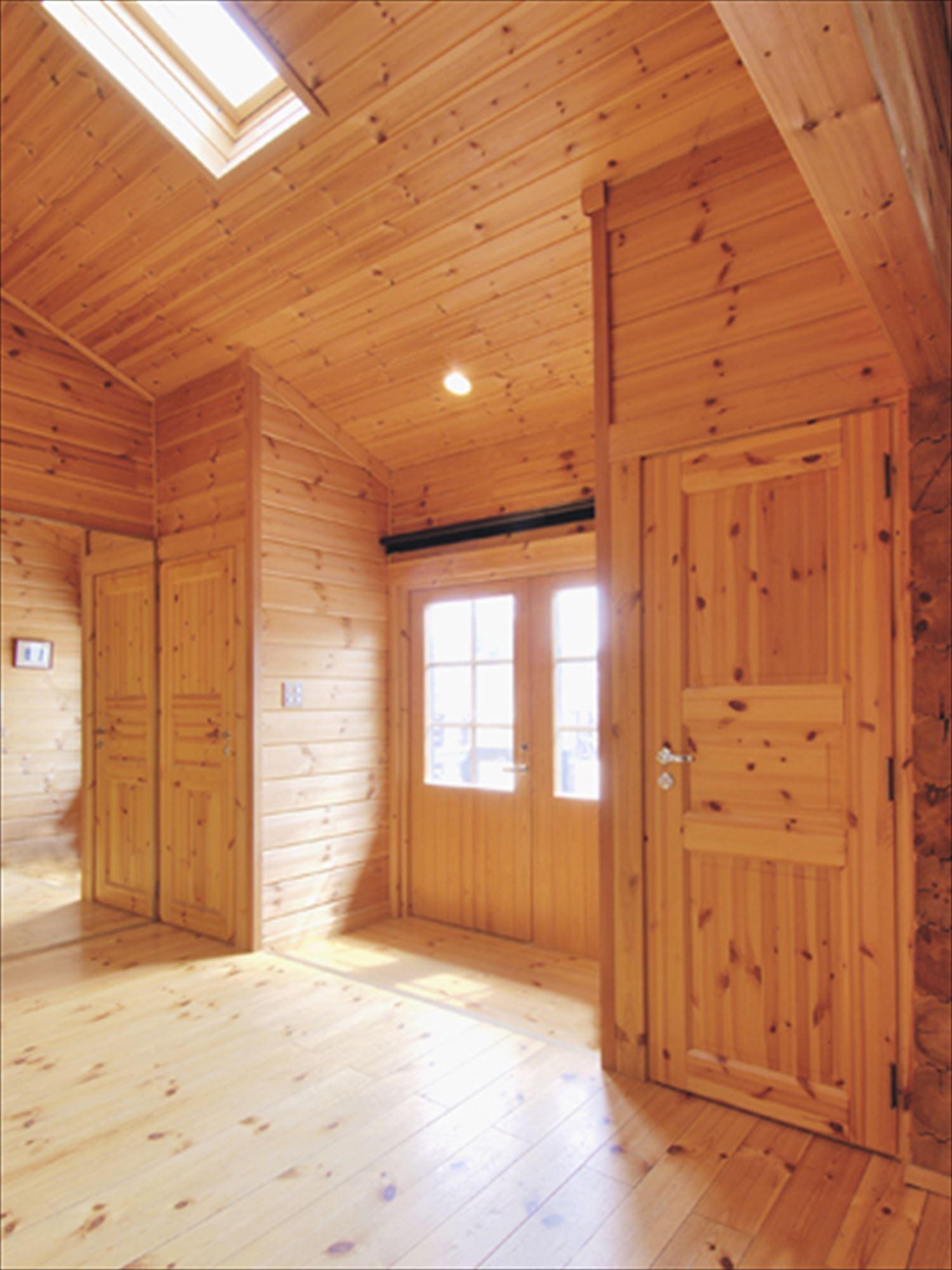 ブラック色のログハウスの玄関2|茨城の注文住宅,ログハウスのような木の家を低価格で建てるならエイ・ワン