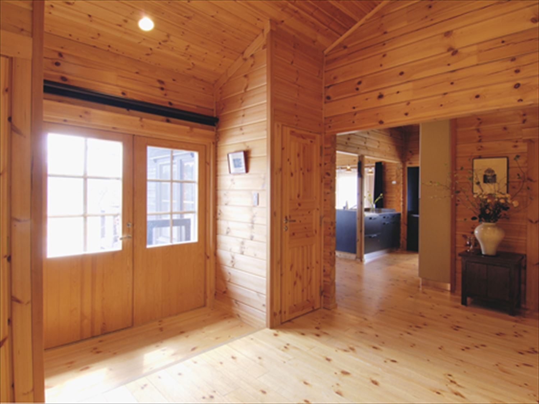 ブラック色のログハウスの玄関3|茨城の注文住宅,ログハウスのような木の家を低価格で建てるならエイ・ワン