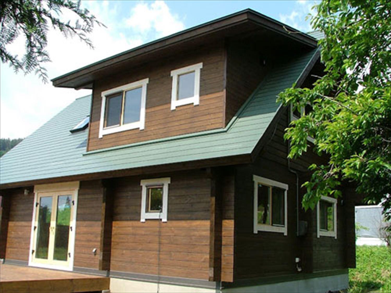 ダークブラウン色のログハウスの外観4|駒ケ根市の注文住宅,ログハウスのような木の家を低価格で建てるならエイ・ワン