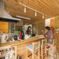 ログハウス風コンパクトハウスのキッチンカウンターテーブル|四街道市の注文住宅,ログハウスのような木の家を低価格で建てるならエイ・ワン