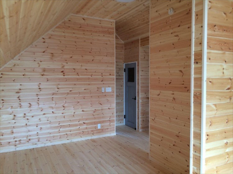 二階建てアメリカンハウスの洋室|新島村の注文住宅,ログハウスのような木の家を低価格で建てるならエイ・ワン
