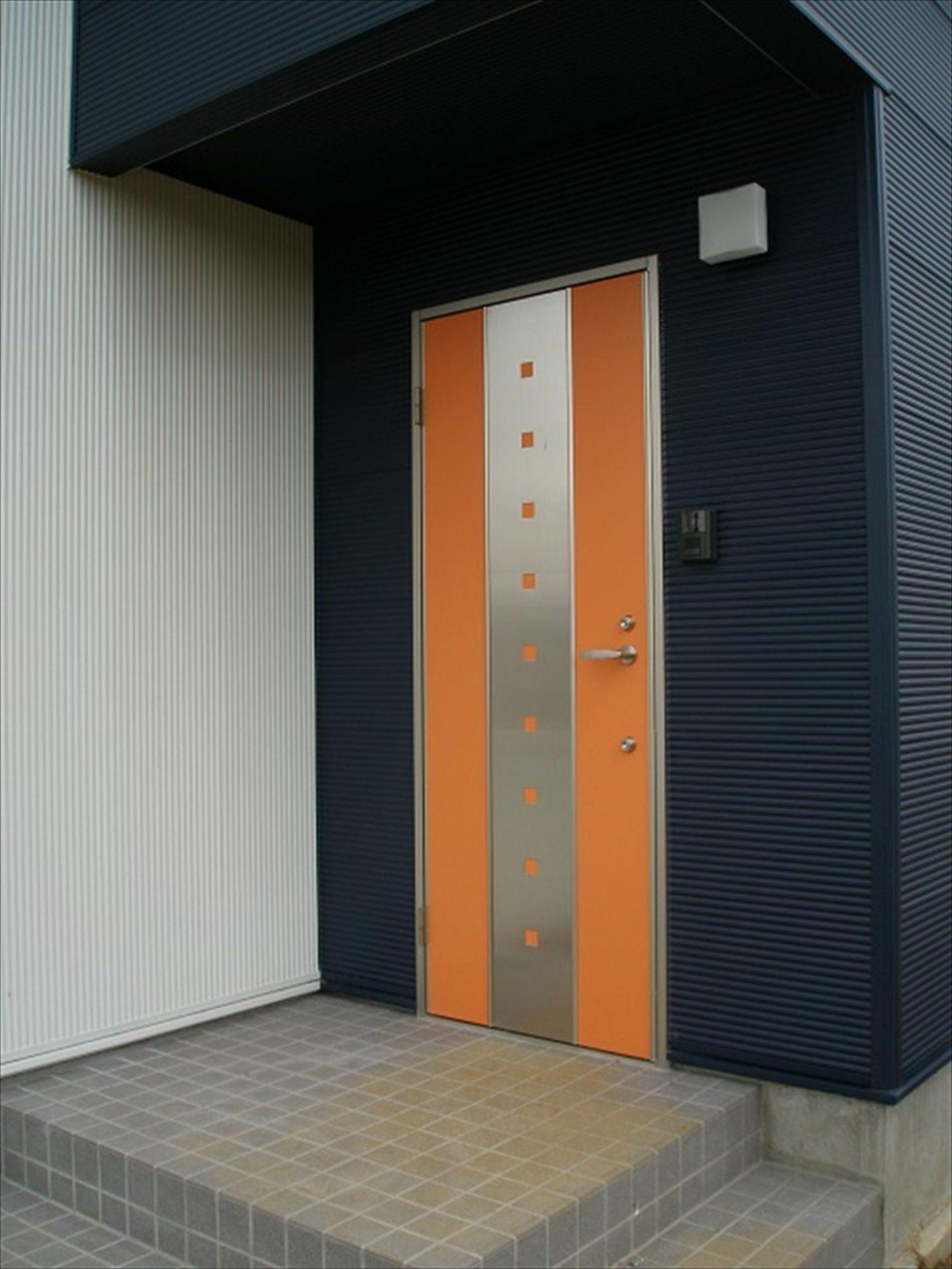 ガルバリウム外壁の二階建ての玄関|石岡市の注文住宅,ログハウスのような木の家を低価格で建てるならエイ・ワン