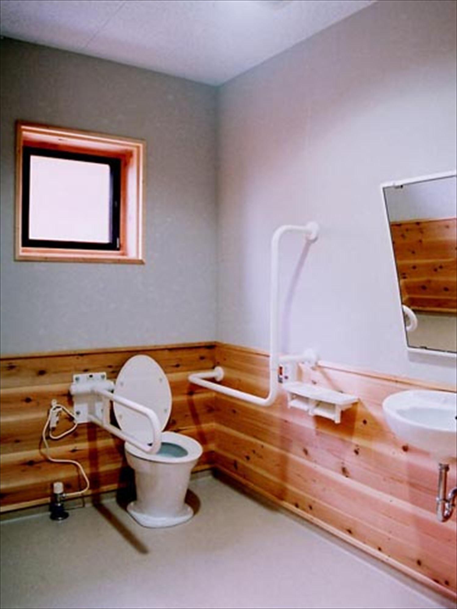 湖の畔に建つログハウスのトイレ2|鉾田市の注文住宅,ログハウスのような木の家を低価格で建てるならエイ・ワン