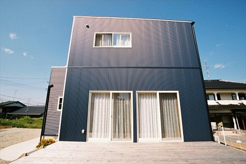 ガルバリウム外壁の二階建ての外観9|石岡市の注文住宅,ログハウスのような木の家を低価格で建てるならエイ・ワン