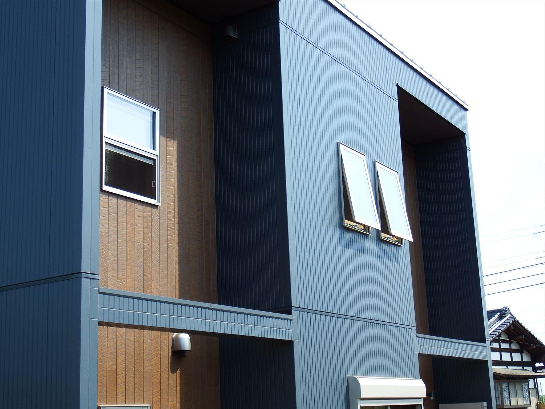 薪ストーブ付きログハウス風,二階建ての窓|つくば市の注文住宅,ログハウスのような木の家を低価格で建てるならエイ・ワン
