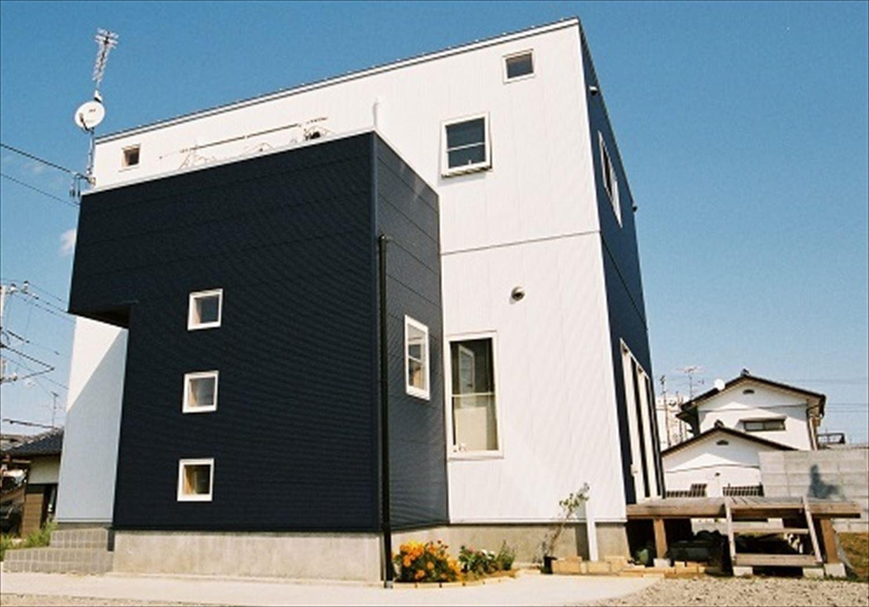 ガルバリウム外壁の二階建ての外観3|石岡市の注文住宅,ログハウスのような木の家を低価格で建てるならエイ・ワン