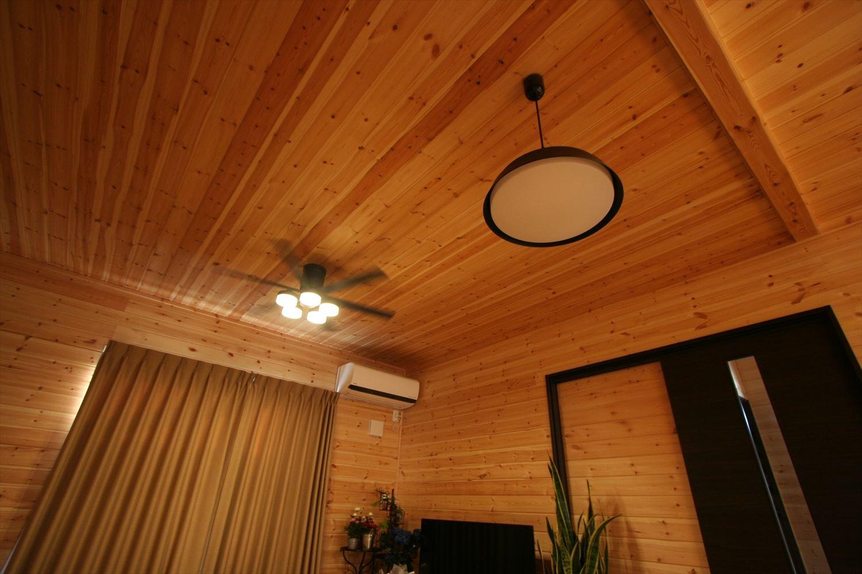 ブラックモダンな無垢材の二階建てのシーリングファンと照明|前橋市の注文住宅,ログハウスのような木の家を低価格で建てるならエイ・ワン