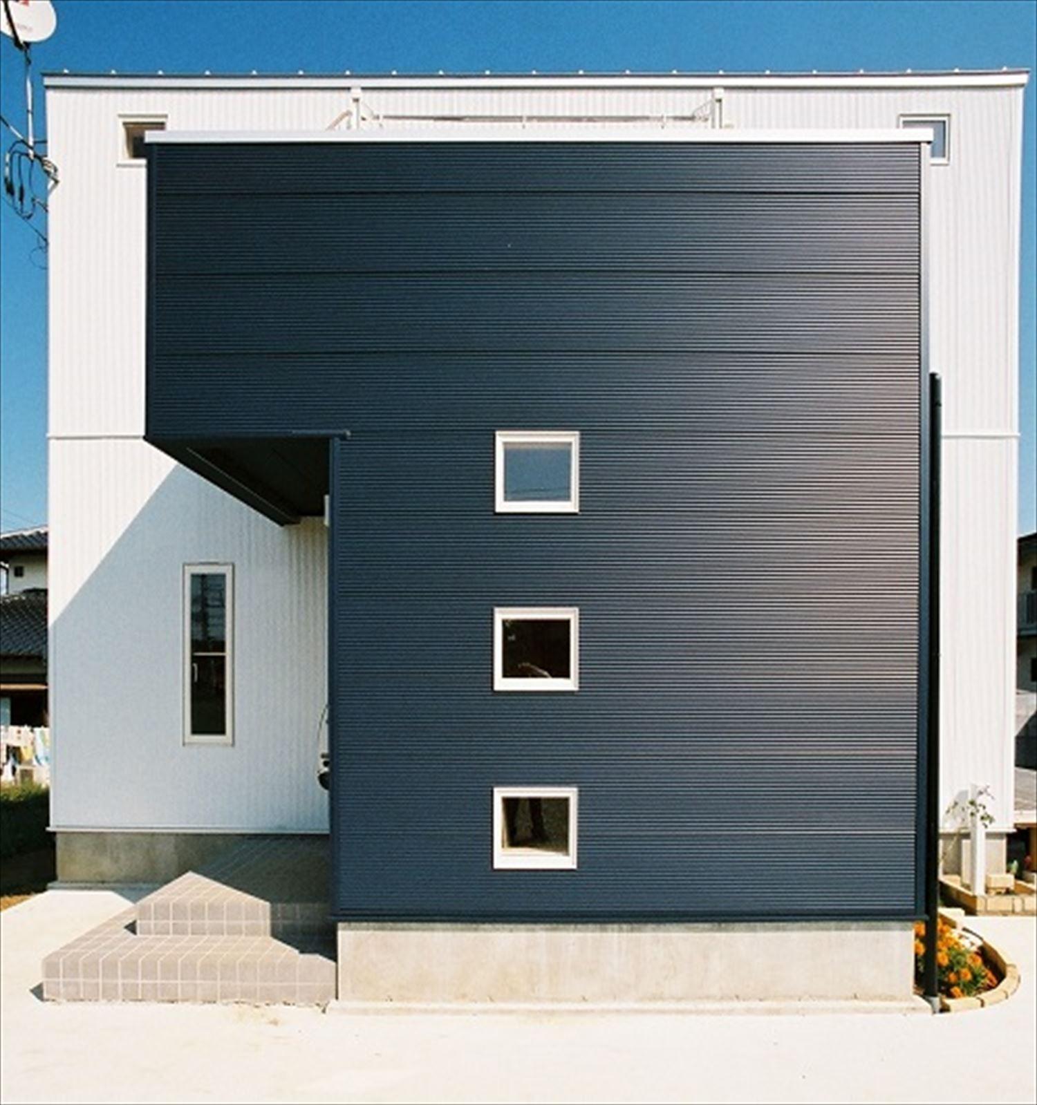 ガルバリウム外壁の二階建ての外観4|石岡市の注文住宅,ログハウスのような木の家を低価格で建てるならエイ・ワン