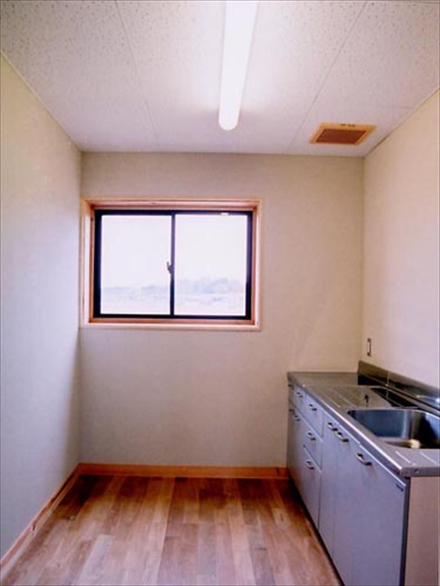 湖の畔に建つログハウスのキッチン|鉾田市の注文住宅,ログハウスのような木の家を低価格で建てるならエイ・ワン
