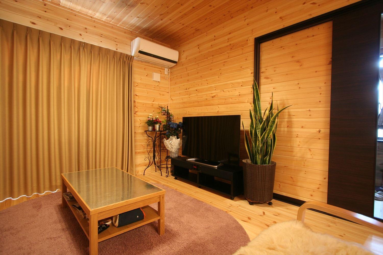 ブラックモダンな無垢材の二階建てのテレビ|前橋市の注文住宅,ログハウスのような木の家を低価格で建てるならエイ・ワン