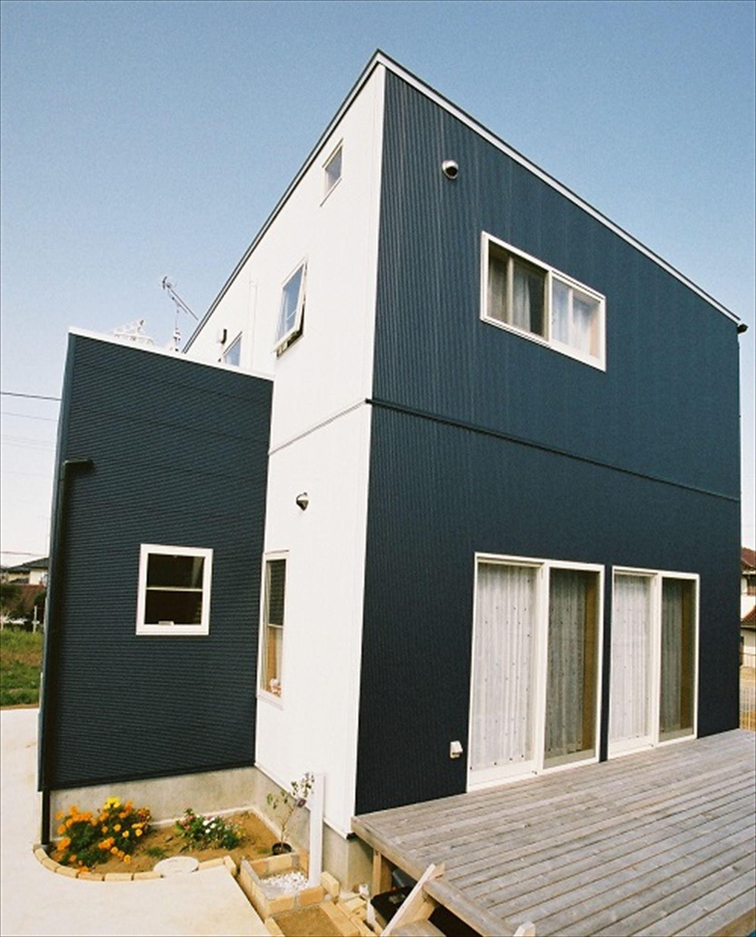 ガルバリウム外壁の二階建ての外観5|石岡市の注文住宅,ログハウスのような木の家を低価格で建てるならエイ・ワン