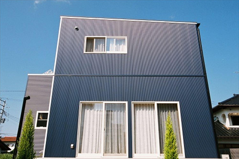 ガルバリウム外壁の二階建ての外観6|石岡市の注文住宅,ログハウスのような木の家を低価格で建てるならエイ・ワン