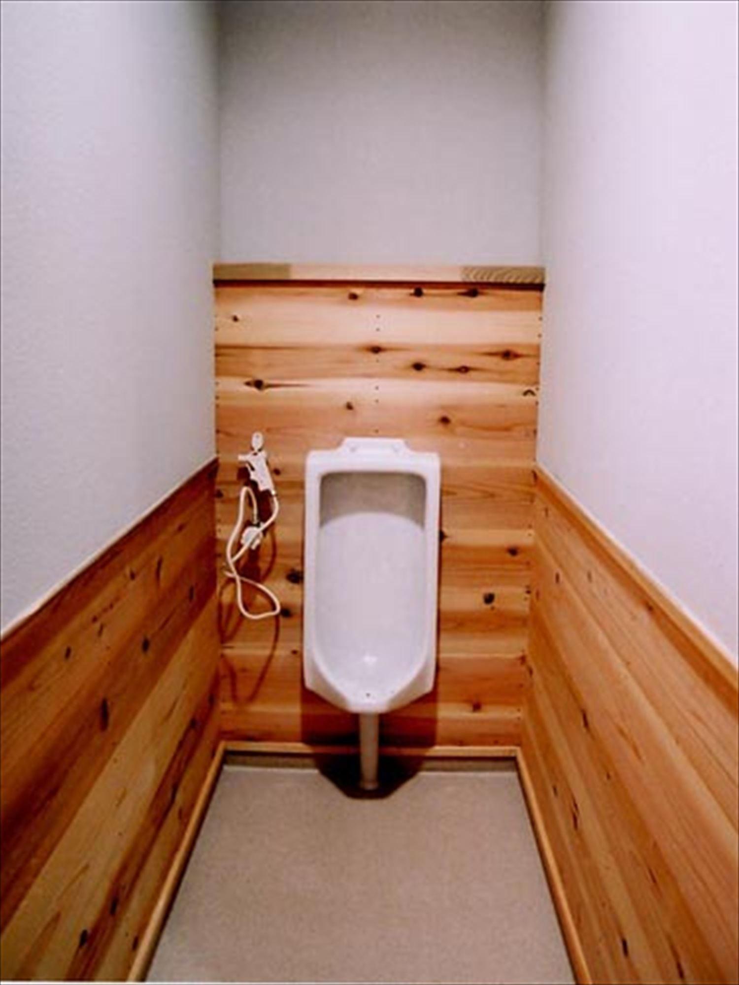 湖の畔に建つログハウスのトイレ|鉾田市の注文住宅,ログハウスのような木の家を低価格で建てるならエイ・ワン