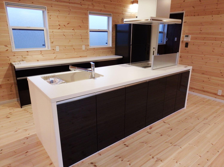 広々リビング平屋のアイランドキッチン|千葉市の注文住宅,ログハウスのような木の家を低価格で建てるならエイ・ワン