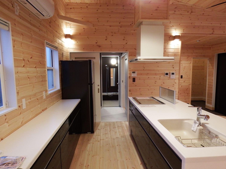 広々リビング平屋のキッチンスペース|千葉市の注文住宅,ログハウスのような木の家を低価格で建てるならエイ・ワン