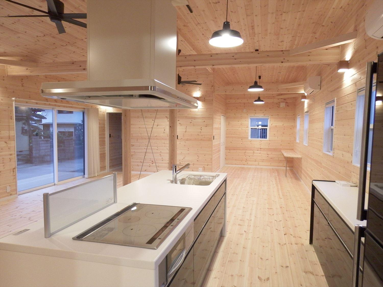 広々リビング平屋のキッチンスペース2|千葉市の注文住宅,ログハウスのような木の家を低価格で建てるならエイ・ワン
