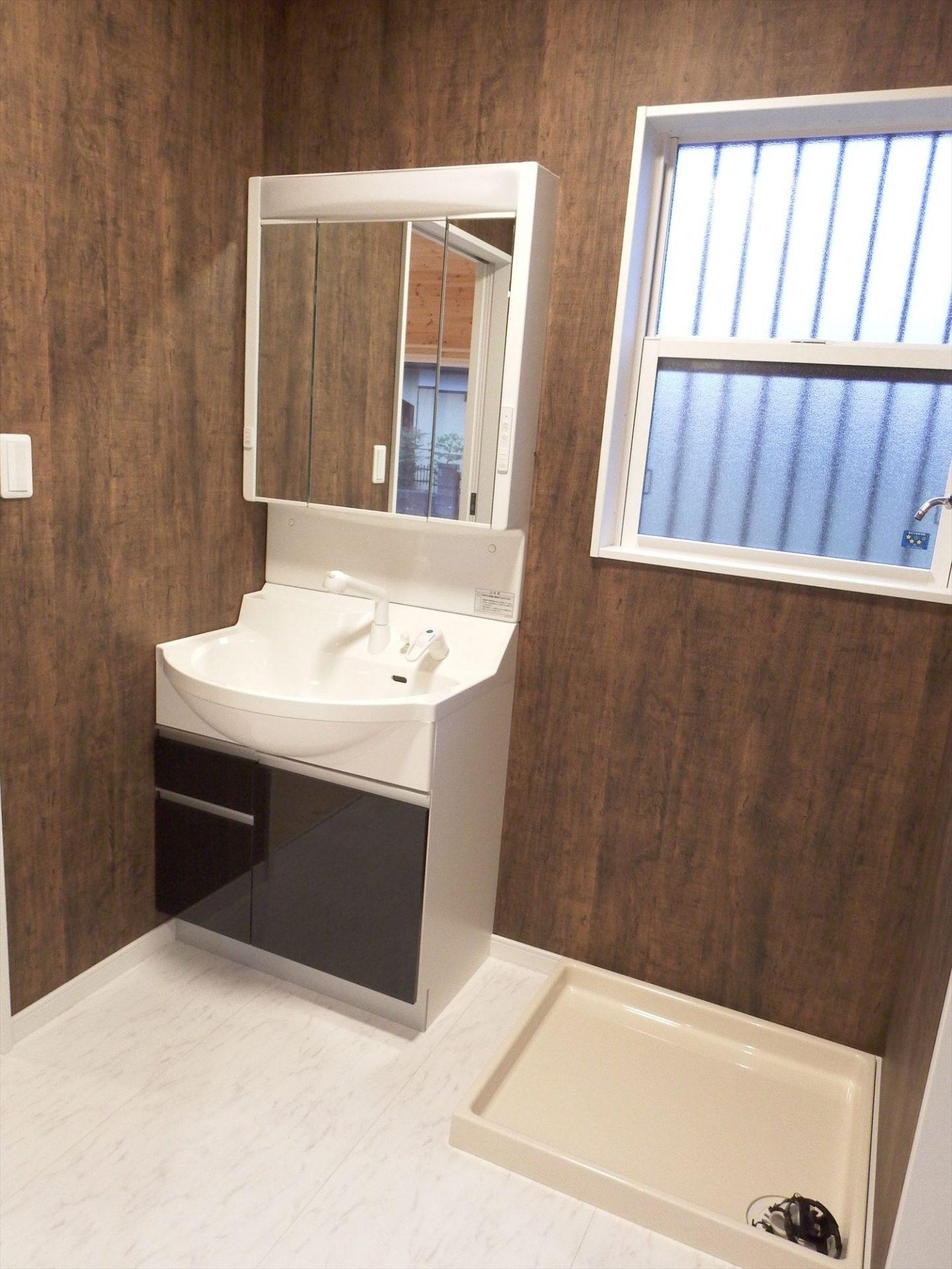 広々リビング平屋の洗面室|千葉市の注文住宅,ログハウスのような木の家を低価格で建てるならエイ・ワン