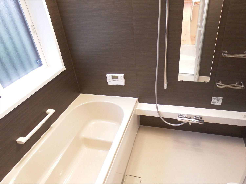 広々リビング平屋の浴室|千葉市の注文住宅,ログハウスのような木の家を低価格で建てるならエイ・ワン