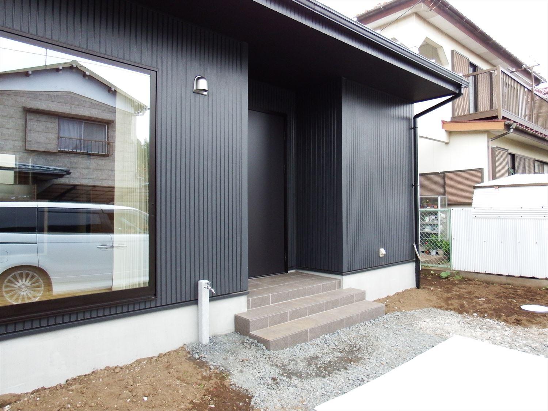 広々リビング平屋の玄関|千葉市の注文住宅,ログハウスのような木の家を低価格で建てるならエイ・ワン