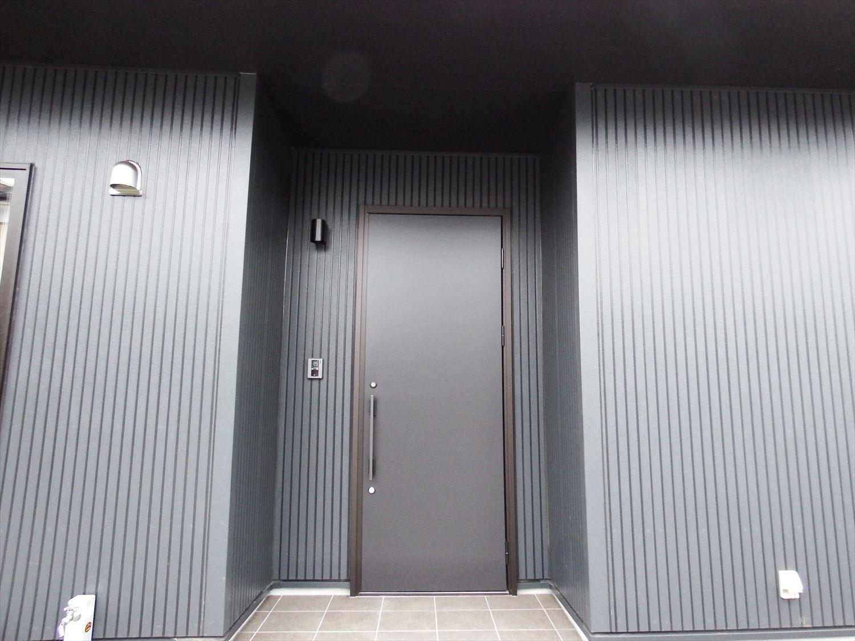 広々リビング平屋の玄関扉|千葉市の注文住宅,ログハウスのような木の家を低価格で建てるならエイ・ワン