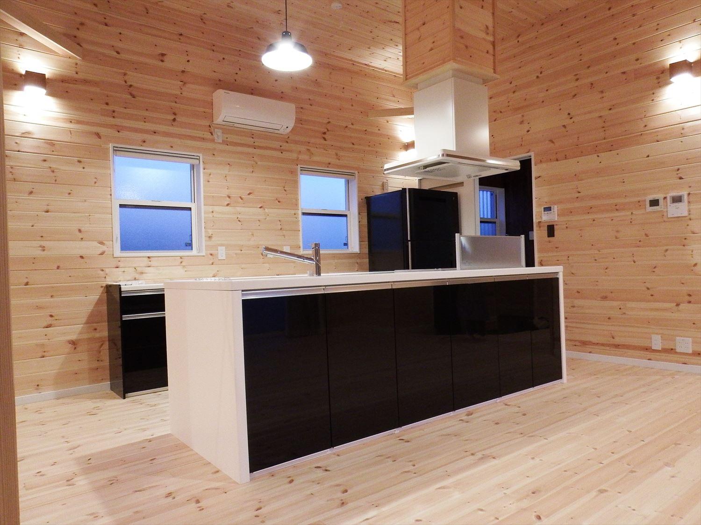 広々リビングの2LDK平屋のアイランドキッチン|千葉の注文住宅,ログハウスのような木の家を低価格で建てるならエイ・ワン