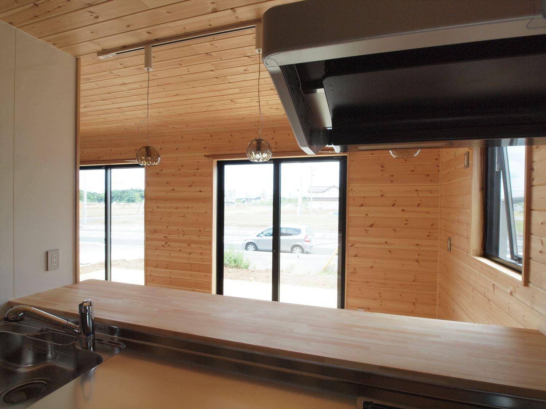 ログハウス風デザイン二階建てのキッチンからの眺め|つくば市の注文住宅,ログハウスのような木の家を低価格で建てるならエイ・ワン