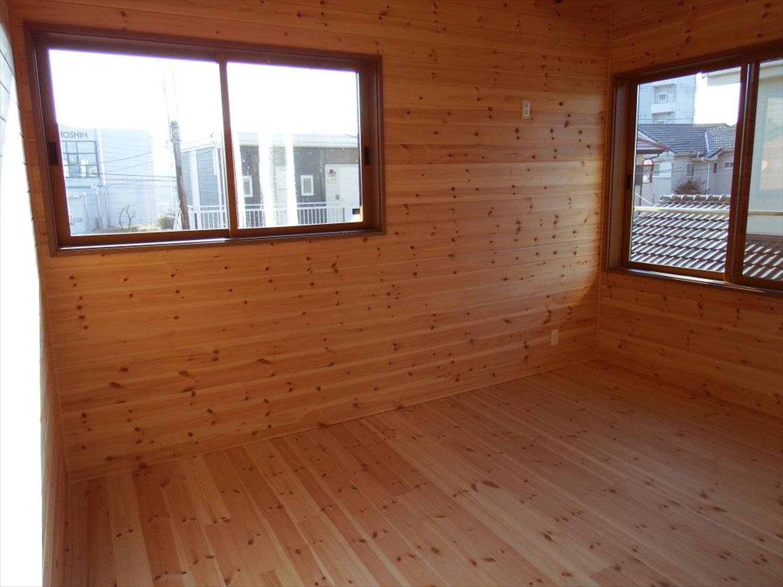 薪ストーブ付き二階建ての洋室|土浦市の注文住宅,ログハウスのような木の家を低価格で建てるならエイ・ワン