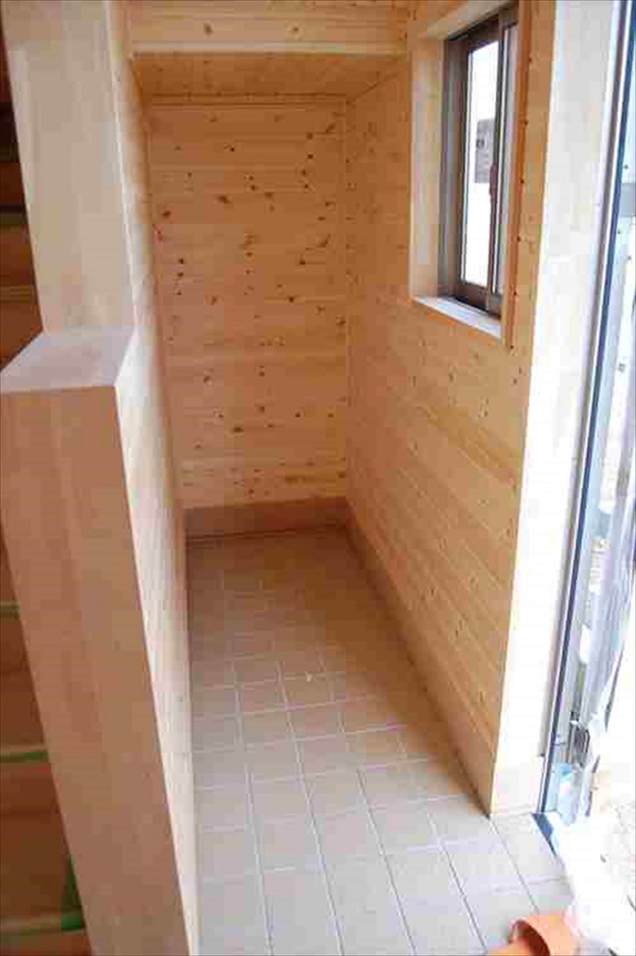 二階建て戸建て賃貸住宅の玄関|水戸市の注文住宅,ログハウスのような木の家を低価格で建てるならエイ・ワン