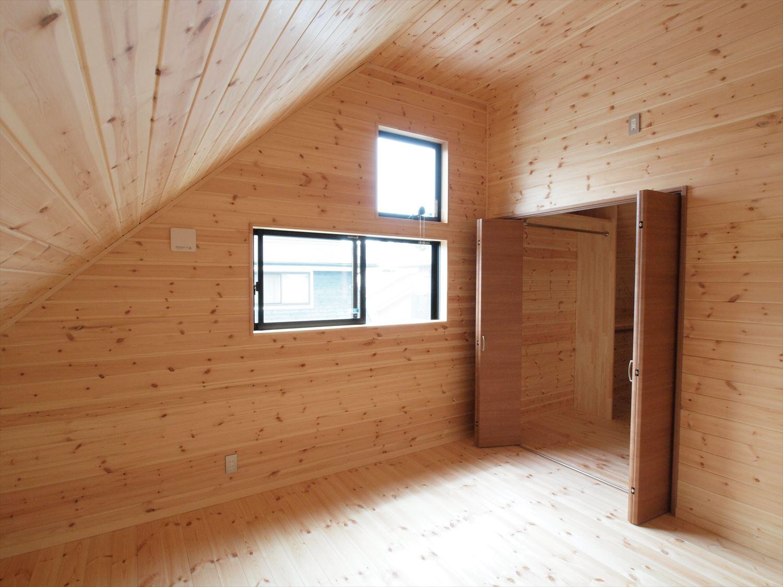 ログハウス風デザイン二階建ての洋室|つくば市の注文住宅,ログハウスのような木の家を低価格で建てるならエイ・ワン