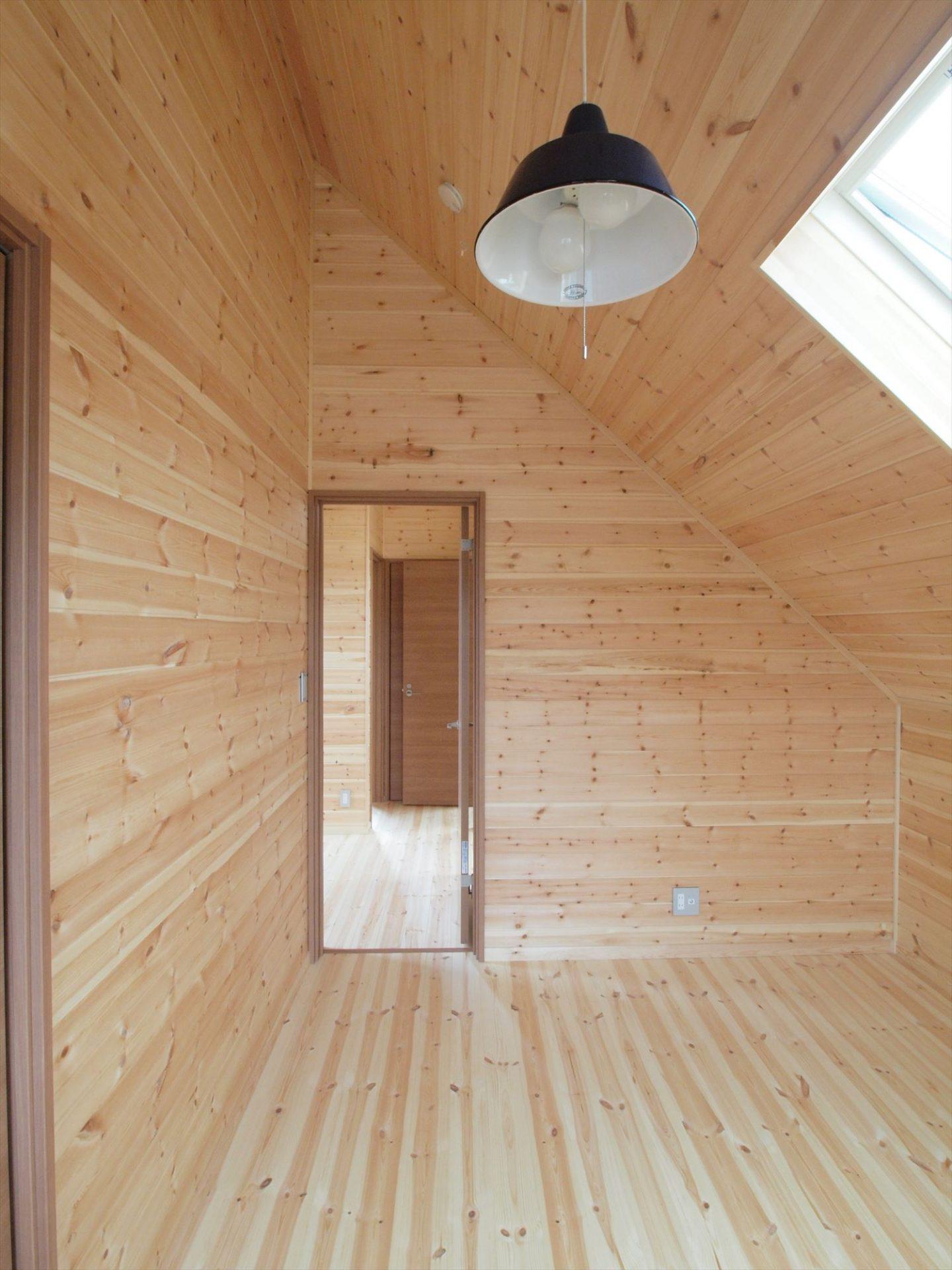 ログハウス風デザイン二階建ての洋室3|つくば市の注文住宅,ログハウスのような木の家を低価格で建てるならエイ・ワン