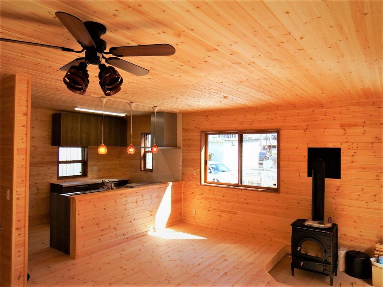 薪ストーブ付き二階建ての内装|土浦市の注文住宅,ログハウスのような木の家を低価格で建てるならエイ・ワン