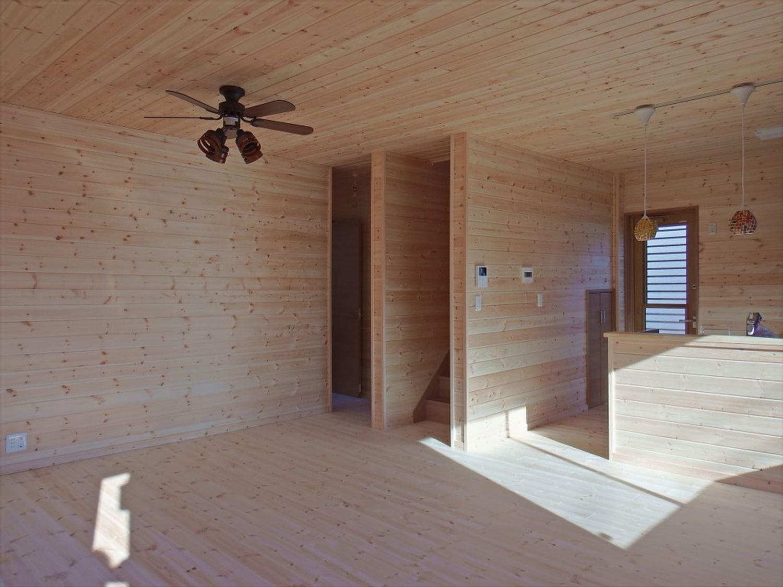 薪ストーブ付き二階建てのリビング|土浦市の注文住宅,ログハウスのような木の家を低価格で建てるならエイ・ワン