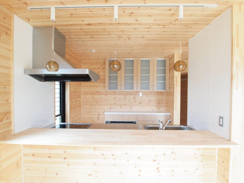 ログハウス風デザイン二階建てのキッチン|つくば市の注文住宅,ログハウスのような木の家を低価格で建てるならエイ・ワン