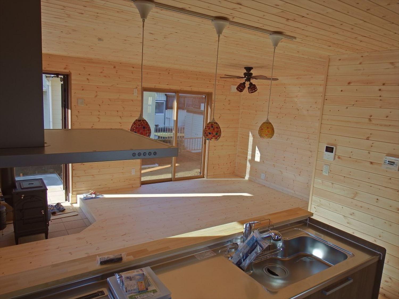 薪ストーブ付き二階建てのキッチンからの眺め|土浦市の注文住宅,ログハウスのような木の家を低価格で建てるならエイ・ワン