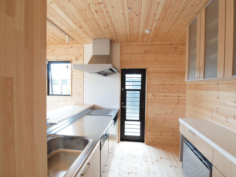 ログハウス風デザイン二階建てのキッチンと勝手口|つくば市の注文住宅,ログハウスのような木の家を低価格で建てるならエイ・ワン
