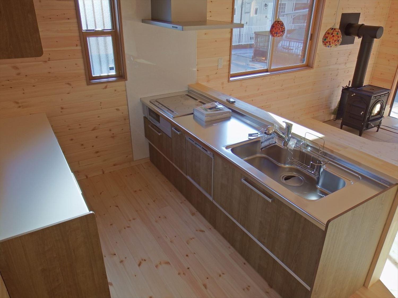 薪ストーブ付き二階建てのキッチン|土浦市の注文住宅,ログハウスのような木の家を低価格で建てるならエイ・ワン