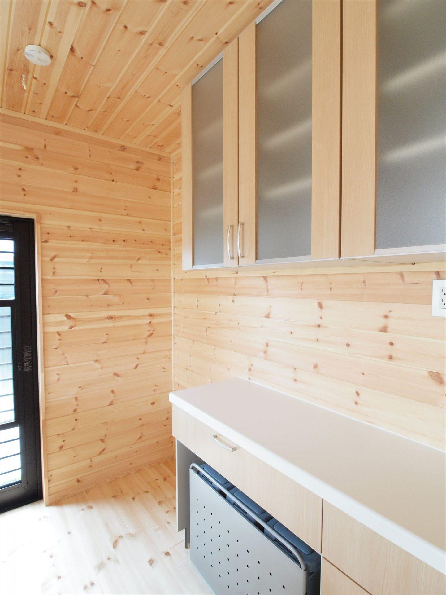 ログハウス風デザイン二階建てのキッチン収納|つくば市の注文住宅,ログハウスのような木の家を低価格で建てるならエイ・ワン