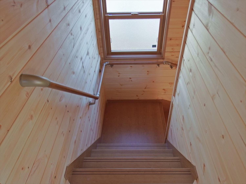 薪ストーブ付き二階建ての階段|土浦市の注文住宅,ログハウスのような木の家を低価格で建てるならエイ・ワン