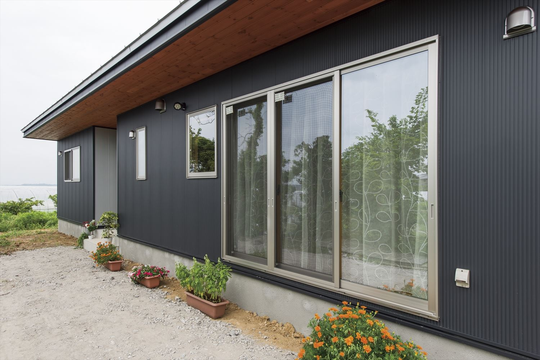 こどもにやさしい無垢材内装の子育て住宅の掃き出し窓|行方市の注文住宅,ログハウスのような木の家を低価格で建てるならエイ・ワン
