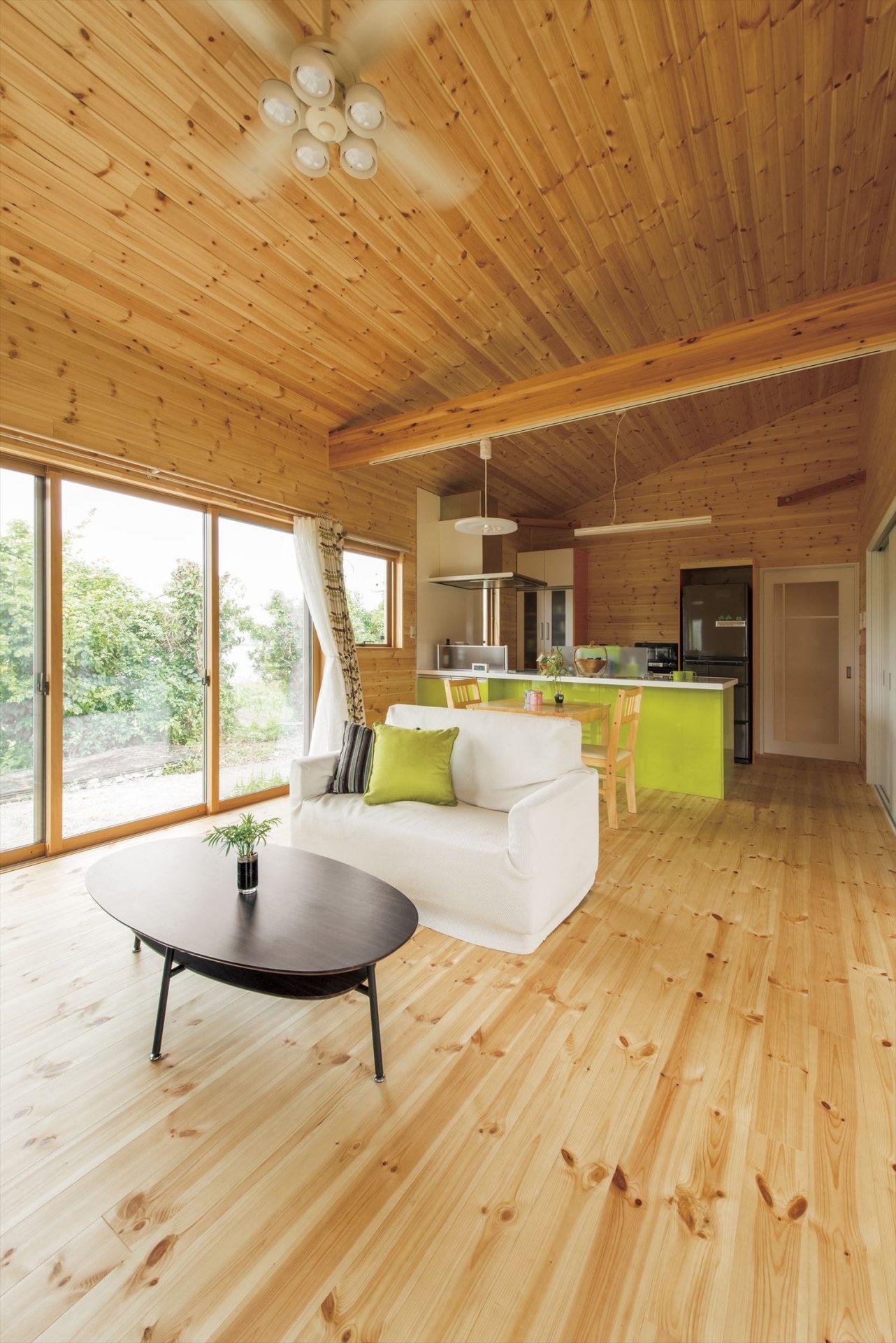 こどもにやさしい無垢材内装の子育て住宅の勾配天井|行方市の注文住宅,ログハウスのような木の家を低価格で建てるならエイ・ワン